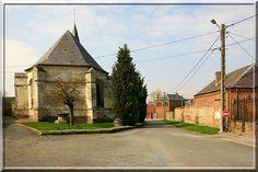 Macquigny - Aisne - Même si au 21ème siècle, la Thiérache n'existe plus dans les manuels scolaires et la carte officielle de France, elle a donnée de nombreuses églises fortifiées durant les guerres de religion. Avec ses puissantes échauguettes posées sur culots, ce bâtiment religieux est en harmonie avec les autres églises défensives de la Thiérache.