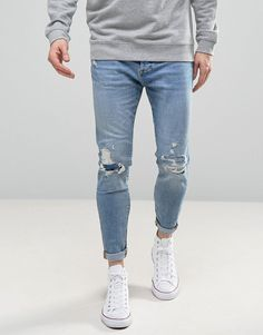 Buy Pull&Bear Carrot Fit Jeans With Rips In Light Wash at ASOS. With free delivery and return options (Ts&Cs apply), online shopping has never been so easy. Jeans Fit, Denim Jeans Men, Shoes With Jeans, Mens Tapered Jeans, Light Blue Jeans Outfit, Blue Jean Outfits, Extreme Ripped Jeans, Mens Light Wash Jeans, Business Casual Jeans