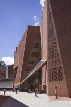 The Saw Swee Hock Student Centre at the London School of Economics (LSE) represents modern architecture in brick origami by O'Donnell + Tuomey Architects. Brick Architecture, Contemporary Architecture, Interior Architecture, Brick Design, Facade Design, Brick Detail, Inspiration Design, Brick Facade, Building Facade