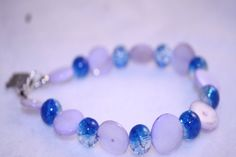 flieder Perlmutt Armband mit blauen Glasperlen von Feekollektion auf DaWanda.com