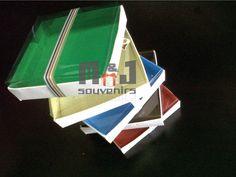 Caja para dulces  Materiales: cartulina, acetato, cinta Aplique: cinta