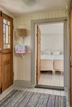 love the mis-match of this! Swedish Cottage, Swedish House, Cozy Cottage, Scandinavian Living, Scandinavian Design, Shabby Chic Farmhouse, Fashion Room, White Walls, Apartment Living