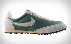 recently, we have seen a trend of 'reissue' when it comes to sneakers and here's yet another 'a blast from the past' from Nike. dubbed as the Nike Oregon Waffle Vintage Running Shoes. Me Too Shoes, Men's Shoes, Nike Shoes, Sneakers Nike, Vintage Nike, Vintage Shoes, Vintage Men, Mode Masculine, Nike Waffle Racer
