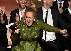Adele com o troféu do Grammy quebrado (Foto: Getty Images)