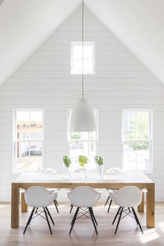 This no-distractions dining room simply couldn't look more fresh.