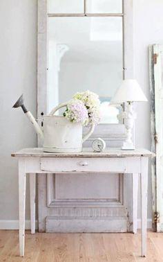 Interieur ideeën voor de inrichting van mijn woonkamer | WIT; brocante tafeltje en oude zinken gieter (met likje verf) . Door rvg2011