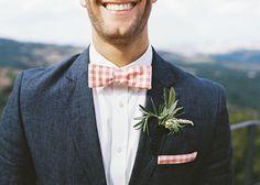 Προτείνετε του ένα παπιγιόν σε τόνους του πορτοκαλί. Είναι μικρό στοιχείο που συνθέτουν την χρωματική παλέτα που θέλετε. Φυσικά έχετε διαλέξει το προσκλητήριο γάμου από το http://www.lovetale.gr/wedding?atr_color=49