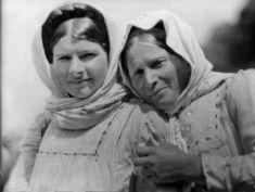 """(Nelly's) Femmes en costumes traditionnel grec lors des deuxièmes """"fêtes delphiques""""mai 1930 Delphic Celebrations 1930. Couple Photos, Mai, Couples, Costumes, Fashion, Greek Dress, Women In Suits, Couple Shots, Moda"""