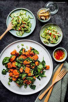 {Vegan} Gebratene Süßkartoffeln mit Sesam-Spinat und Asia-Gurkensalat |GourmetGuerilla.de