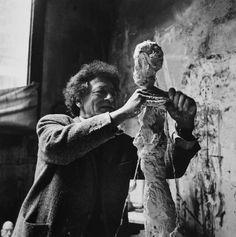 Fotografía de Alberto Giacometti (1901-1966) elaborando una de sus obras.