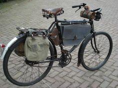 Allerlei soorten antieke fietstassen.