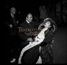 La traviata (1956, r. L. Visconti) - (c) Teatro alla Scala Melomanul: M-am întors de la spectacol. Absolut furios. Încă o dată, arbitrariul regizorului a făcut ravagii. Nu mai recunosc nimic din ceea ce cunoșteam, epoca acțiunii este deplasată, intriga e transformată, muzica este ridiculizată, personajele sunt luate peste picior. Insuportabil.
