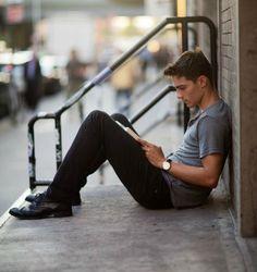 hombre leyendo en la calle