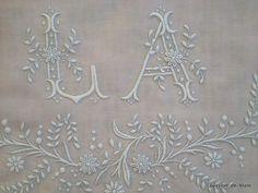 9b362b526d19 Coin couture   Monogrammes, tissus   LINGE ANCIEN   Superbe grand monogramme  LA brodé main avec beau relief sur toile pur lin pour couture - Linge  ancien ...