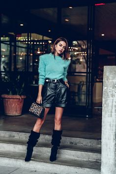 Fashion inspired by the people in the street ootd look outfit sexy high heels legs woman girl babe wear wearing Fall Favorite: Leather Shorts & Slouchy Boots Winter Shorts Outfits, Fall Outfits 2018, Cute Casual Outfits, Short Outfits, Jean Outfits, Leder Shorts Outfit, Short Cuir, Black Leather Shorts, Boy Fashion