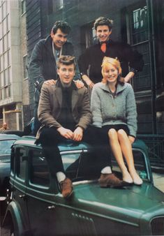 John Lennon outside Liverpool College of Art with wife-to-be Cynthia and their friends Jon Hague and Tony Carricker Foto Beatles, Les Beatles, John Lennon Beatles, Beatles Photos, Julian Lennon, Ringo Starr, Liverpool, The Quarrymen, Photos Rares