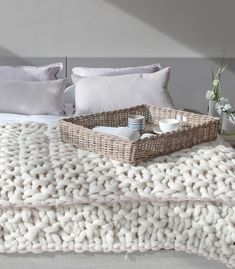 Manta realizada a mano con patrón de nubes. 100% lana Merino española en crudo natural o marrón y rematada con un ribete de color en viscosa (fibra vegetal) en el extremo superior e inferior de la misma. Combinacion de puntos.