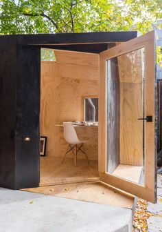 architensions designs writing pavilion retreat in brooklyn backyard Shed Office, Office Pods, Backyard Office, Backyard Studio, Garden Studio, Garden Office, Outdoor Office, Home Office Design, House Design