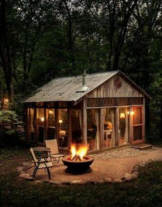 70 Fantastic Small Log Cabin Homes Design Ideas - House Architecture Small Log Cabin, Tiny Cabins, Little Cabin, Log Cabin Homes, Cabins And Cottages, Cozy Cabin, Modern Cabins, Guest Cabin, Wood Cabins