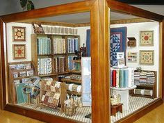 Pinner says - A miniature quilt shop I made including most fixtures and accessories Miniature Quilts, Miniature Rooms, Miniature Crafts, Miniature Houses, Dollhouse Quilt, Diy Dollhouse, Dollhouse Miniatures, Vitrine Miniature, Quilting Room