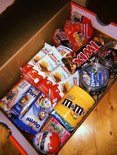 Candy Gift Box, Candy Gifts, Cute Birthday Gift, Diy Birthday, Diy Gifts For Him, Cute Gifts, School Menu, Sweet Box, Snack Box