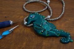 Hab mir mal einen anderen Meeresbewohner ausgesucht und mit vielen Perlen und Halbedelsteinen umgesetzt :) Die Kette habe ich absichtlich sehr schlicht gesta...