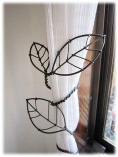 カーテンタッセル Wire Hanger Crafts, Wire Hangers, Wire Art Sculpture, Wire Sculptures, Abstract Sculpture, Bronze Sculpture, Copper Wire Crafts, Wire Board, Metal Coat Hangers
