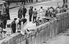 mensen die de ijzeren gordijn bouwen aan de linkerkant West-Duitsland rechterkant Oost-Duitsland
