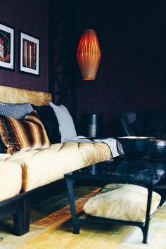 Einrichtungsideen, Frühlings-Deko, Esstisch, Fensterbank, Sofa, Samt, Wohnbereich dekorieren, Interior Blog, Interior Magazin, whoismocca.com     #homeinterior #whoismocca #interiordesign #einrichtungsideen #frühlingsdeko #ostern #spring #textilien #stoffe #kissen #decken #farben #materialien #tirol #flagshipstore #einrichtungexperten #inspiration Couch, Sofa, Home Interior, Living Spaces, Lounge, Trends, Furniture, Home Decor, Living Room Inspiration
