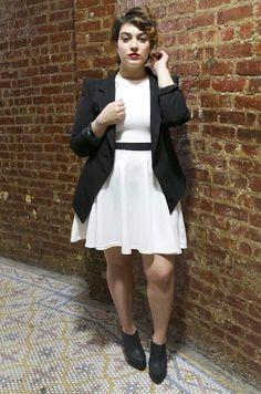 Petite robe blanche et veste à la coupe par Nadia Aboulhosn