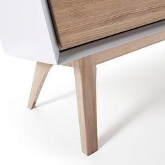 Aparador con puertas y pies de madera de fresno. Estructura en tablero de fibra de madera lacado blanco.