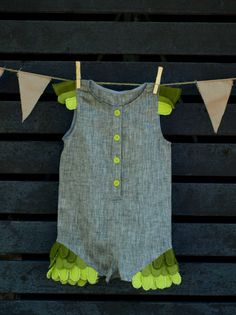 Nature and leaf inspired unisex kids jumpsuit with elements that facilitate childrens development. Made of 100% linen. Front fastening with buttons.