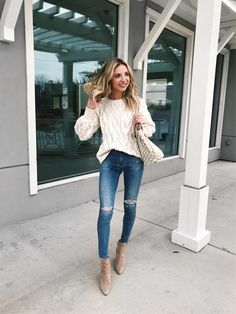 White cable knit sweater with trendy distressed denim blue jeans. Knit Sweater Outfit, Winter Sweater Outfits, Casual Fall Outfits, Fall Winter Outfits, Autumn Winter Fashion, Girly Outfits, Cute Outfits For Fall, Outfit Jeans, Blue Jean Outfits