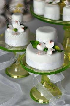 Dogwood Mini Cakes Decorated With Hand Made Gum Paste Blossoms disposition sur les verres
