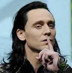 Tom Hiddles shows up at Comic-Con dressed as Loki!!!