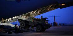 Mali, lundi 14 janvier 2013. | Les combats opposant les armées malienne et française aux groupes islamistes se poursuivent dans le nord du Mali.   |  Un véhicule de transport de troupes français monte à bord d'un avion britannique pour être envoyé au REUTERS/ANDREW WINNING