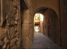 Carero des Augustins, ruelle à passage voûté, à Monflanquin Lot-et-Garonne, Aquitaine
