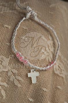 Μαρτυρικά βάπτισης για κορίτσι βραχιολάκι ιβουαρ πλεκτό με ροζ χάντρες και φίλντισι σταυρουδάκι