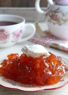 Elmadan reçel mi olur demeyin :) Olur hem de nefis olur. Hafif ve lezzetli bir reçel tarifi Elma Reçeli...