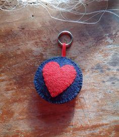 Schlüsselanhägger aus Filz - rund mit Herz von BernadettHackner auf Etsy Crochet Earrings, Etsy, Jewelry, Felting, Craft Gifts, Heart, Round Round, Schmuck, Jewlery