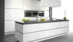 De Design Pure White is een Belgische keuken op zijn best. De keuken heeft greeploze kastdeuren en een kookeiland vervaardigt in modern lami...