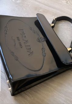 discovered by MAPULEHU on We Heart It : Image uploaded by MAPULEHU. Find images and videos about bag black and prada designer on We Heart It - the app to get lost in what you love. Burberry, Dior, Jewelry Accessories, Fashion Accessories, Devil Wears Prada, B 13, Louis Vuitton, Look Vintage, Fashion Shoes