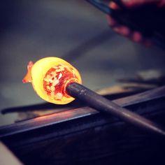 Creazioni incandescenti: l'arte dei maestri vetrai di Murano.  #Murano #Venezia #Italia #loveisanowl