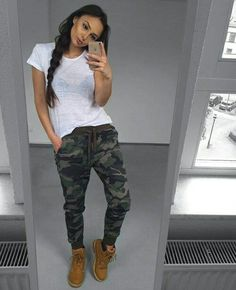 Timberland boots have made it to the mainstream in fashion. We're sharing some of our favorite Timberland boots outfit ideas to help you wear them! Outfits Con Botas Timberland, Timberland Style, Timberland Fashion, Timberland Boots Women, Pastel Outfit, Timbs Outfits, Casual Outfits, Outfit With Timberlands, Army Pants Outfit