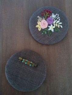 예쁜 브로치를 만들고 싶어지는 계절입니다. 동그랗게 길쭉하게 네모지게. 브로치 틀 없이 아주 가볍게!만... Embroidery Flowers Pattern, Crewel Embroidery, Hand Embroidery Designs, Ribbon Embroidery, Textile Jewelry, Embroidery Jewelry, Diy Shrink Plastic Jewelry, Linen Stitch, Brazilian Embroidery