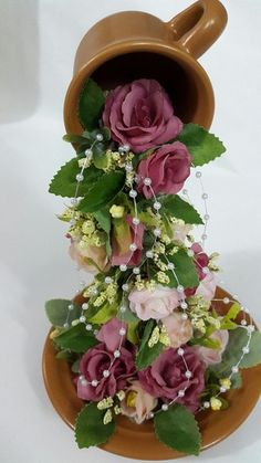 Unique Flower Arrangements, Flower Centerpieces, Tea Cup Art, Tea Cups, Diy Crafts For Gifts, Crafts To Make And Sell, Flea Market Crafts, Cup And Saucer Crafts, Jungle Crafts
