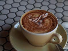 Nós poderíamos falar e falar sobre como é ótimo o gosto do café, mas vamos ser realistas. Vocês já sabem disso. Então, em homenagem à bebida quente favorita de todos, aqui estão 11 coisas que você provavelmente não sabia sobre sua xícara de café da manhã.