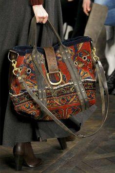 sac bohème chic aux couleurs foncées, jupe grise et bottines en cuir marron foncé