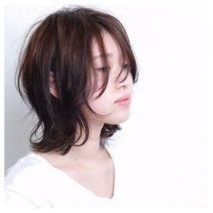くせ毛のようなランダムなウェーブとルーズな毛先で、ナチュラルなのにオシャレな雰囲気に♪ Japanese Haircut Short, Japanese Hairstyle, Medium Hair Cuts, Medium Hair Styles, Androgynous Hair, Short Shag Hairstyles, Mullet Hairstyle, Shot Hair Styles, Hair Arrange