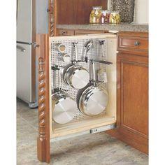 Para aproveitar cada cantinho da cozinha, este projeto incluiu um armário bem estreito para panelas e acessórios